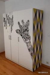 Customisez votre armoire ikea avec de la tapisserie et un marqueur