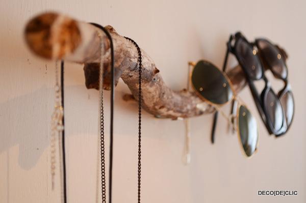 Créez une décoration murale pratique avec votre porte bijou réalisé à partir d'une branche de bois