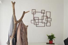 Réaliser une décoration murale aux formes géométriques à partir de tasseaux de bois
