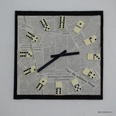 Déco[De]clic vous propose de customiser une horloge bon marché à l'aide de carton, de papier journal et de dominos