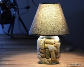 Une lampe originale créée à partir d'un pot de Nutella en verre et de bouchons de liège avec Decodeclic
