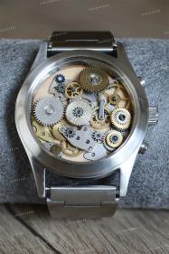 Un bracelet montre, bijou pour homme à partir de mécanismes de montre