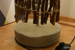 Une lampe Ikea customisée avec du bois et un pied en ciment