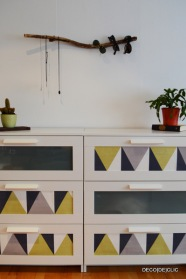 Habillez le mur de votre chambre avec un porte-bijou en bois flotté. Une idée créative par Déco[De]clic