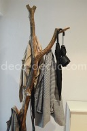 Une idée création pour réaliser un porte-manteau à partir d'une branche sur une base en ciment
