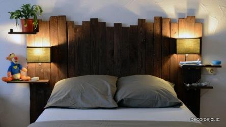 Une tête de lit personnalisée à l'aide de palettes, de papiers de verre, de clous et de peinture