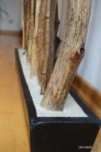 Un porte-manteau en bois sur un pied en ciment avec decodeclic