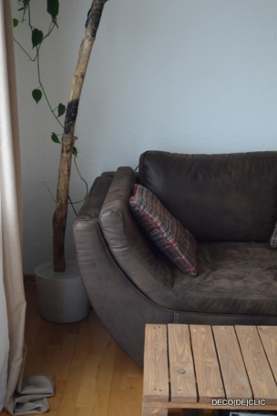 Un pied en ciment pour maintenir votre lampadaire arc en bois flotté pour votre salon