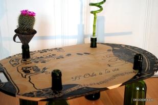 Table Feng Shui zen à réaliser avec des bouteilles de vin, une planche de bois, un cactus et un bambou