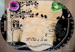 Réalisez une table feng shui à partir de bouteilles de vin et d'une planche de bois avec Déco[De]clic