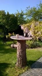 Comment customiser une souche de bois en table de jardin