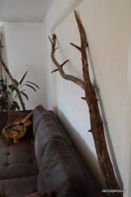 Décorez votre mur de salon avec une branche d'arbre morte avec Décodeclic